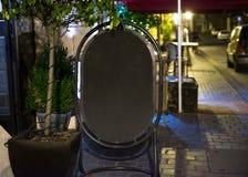 在咖啡馆之外的空的广告黑板 免版税库存图片