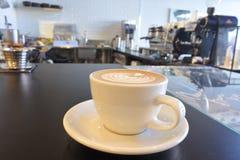 在咖啡馆供食的新鲜的咖啡 免版税库存图片