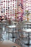 在咖啡馆内部的空的桌 库存图片