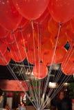 在咖啡馆前面的红色气球在清迈,泰国 图库摄影