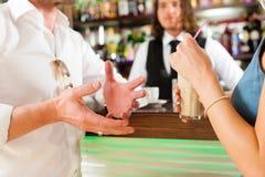 在咖啡馆或coffeeshop的有吸引力的夫妇 库存照片