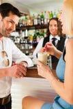 在咖啡馆或coffeeshop的有吸引力的夫妇 免版税库存照片