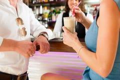 在咖啡馆或coffeeshop的有吸引力的夫妇 免版税库存图片