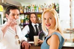 在咖啡馆或coffeeshop的有吸引力的夫妇 免版税图库摄影
