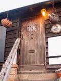 在咖啡馆棚子台阶之外的老土气独特的门 免版税库存图片