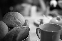 在咖啡馆的一张早餐桌 免版税库存图片