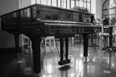 在咖啡馆的一架黑大平台钢琴 库存照片