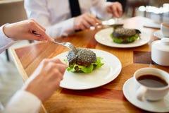 在咖啡馆的不健康的午餐 免版税库存照片