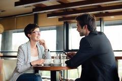 在咖啡馆的业务会议 免版税库存图片