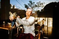 在咖啡馆的亚洲吉他弹奏者artiist人戏剧吉他 库存图片