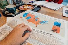 在咖啡馆的人读书在美国竞选以后 免版税库存图片
