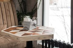 在咖啡馆的六角形桌 免版税图库摄影