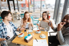 在咖啡馆的国际开会 免版税库存照片