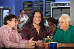 在咖啡馆的多世代小组 库存图片