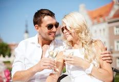 在咖啡馆的夫妇饮用的酒 免版税库存照片