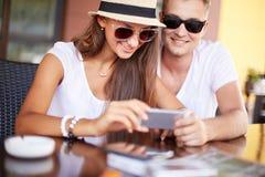 在咖啡馆的夫妇 免版税图库摄影