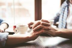 在咖啡馆的夫妇 免版税库存照片