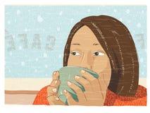 在咖啡馆的女孩饮用的咖啡或茶 库存照片
