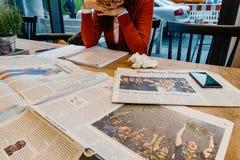 在咖啡馆的妇女读书在美国竞选以后 库存图片
