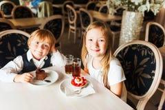 在咖啡馆的孩子 免版税图库摄影