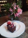 在咖啡馆的巧克力蛋糕 图库摄影