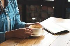 在咖啡馆的年轻女商人断裂时间 免版税库存图片