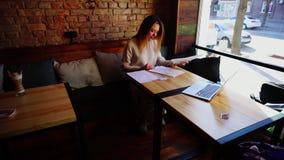 在咖啡馆的年轻女学生买的路线工作 股票视频
