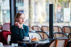在咖啡馆的年轻端庄的妇女饮用的咖啡在巴黎,法国 库存图片