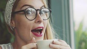 在咖啡馆的情感妇女饮料咖啡 女孩是愉快品尝delitious饮料 库存照片