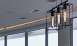 在咖啡馆的手工制造枝形吊灯在窗口的背景 库存照片