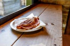 在咖啡馆的敬酒的新月形面包 免版税图库摄影
