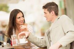 在咖啡馆的新夫妇 免版税库存图片