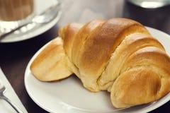 在咖啡馆的新月形面包卷 免版税图库摄影