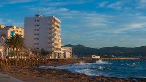 在咖啡馆的日落在伊维萨岛海滩 灿烂光辉作为太阳在St安东尼de Portmany巴利阿里群岛,西班牙进来下来 库存照片