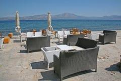 在咖啡馆的早晨在海岸 免版税库存照片