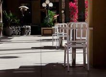 在咖啡馆的椅子在阴影的一个胡同临近法警方式, Scottsda 免版税库存照片