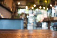 在咖啡馆的模糊的图象 E 免版税库存照片