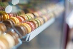 在咖啡馆的法国蛋白杏仁饼干 库存照片