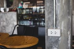 在咖啡馆的电源插座 图库摄影