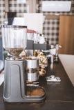 在咖啡馆的磨咖啡器在酒吧柜台,垂直的框架 库存照片