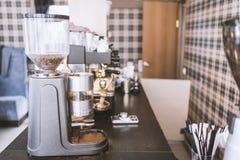 在咖啡馆的磨咖啡器在酒吧柜台 库存照片