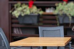 在咖啡馆的空的小的桌 objec的安置的一块模板 库存图片