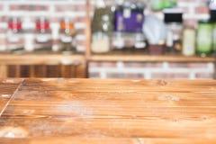 在咖啡馆的空的木桌 库存照片
