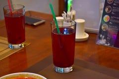 在咖啡馆的红色冷饮在午餐时间 库存图片