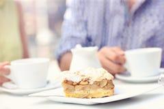 在咖啡馆的苹果饼 库存图片