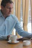 读在咖啡馆的菜单 免版税图库摄影