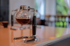 在咖啡馆的虹吸管咖啡 免版税库存图片