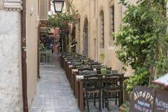 在咖啡馆的表和椅子 免版税图库摄影