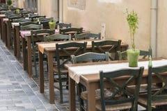 在咖啡馆的表和椅子 免版税库存图片