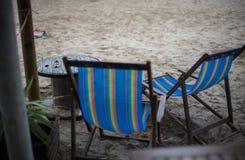 在咖啡馆的躺椅在海滩 免版税库存照片